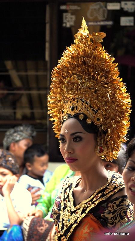 Traditional balinese bride / Novia con atuendo tradicional balinés